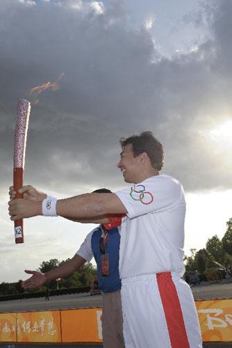 中国驻巴大使罗照辉担任第二棒火炬手