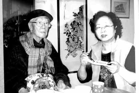 2007年,在台北家中,女儿崔渝生给父亲喂饭