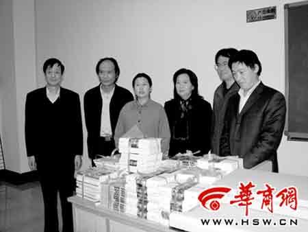 2004年,张香华女士代表丈夫柏杨向西北大学捐赠全套柏杨著作本报记者 陈旭 摄