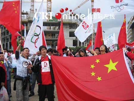 参加和平集会的华人和留学生