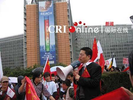 在欧盟委员会大楼前发表演讲