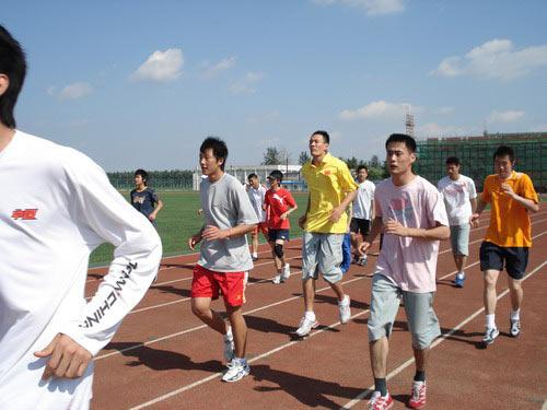 图文:直击跆拳道备战奥运 队员跑步训练