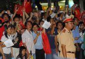 组图:胡志明市夜晚传递圣火 现场观众激动热情