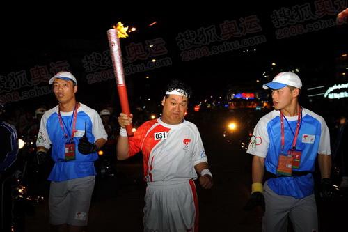 组图:胡志明市夜晚传递圣火 后半程火炬手风采