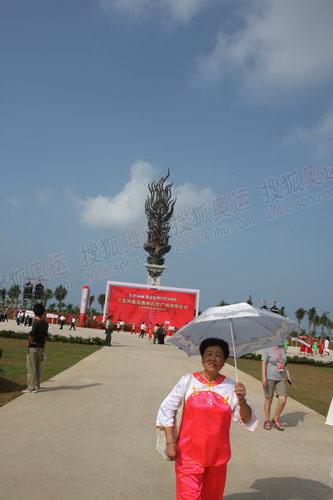 一位参与表演秧歌的老者走出凤凰广场