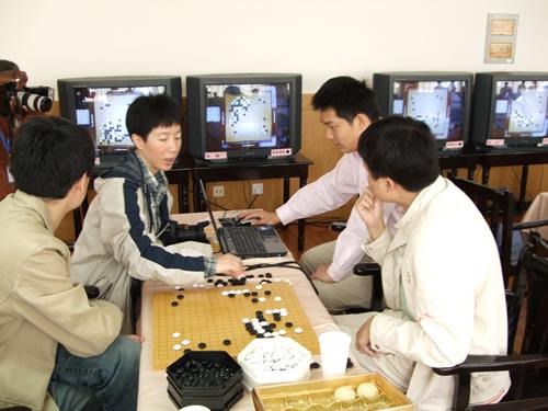 图文:应氏杯首轮激战 常昊芮乃伟等在看棋研究