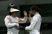 图文:亚锦赛中国女花团体折桂 队友互相庆祝