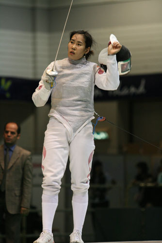 图文:亚锦赛中国女花团体折桂 摘下头盔