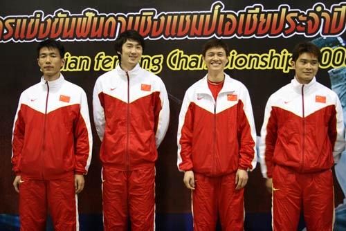 图文:击剑亚锦赛男佩团体夺冠 站上最高领奖台