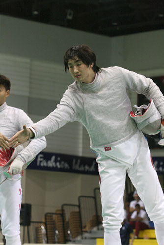 图文:击剑亚锦赛男佩团体夺冠 与队友庆祝