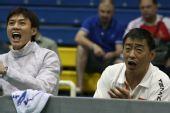图文:击剑亚锦赛男佩团体夺冠 教练加油助威