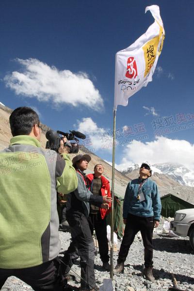 搜狐大旗飘扬在珠峰大本营