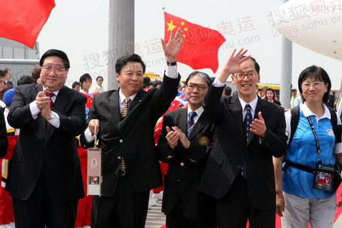 杨树安等人向欢迎人群挥手致意