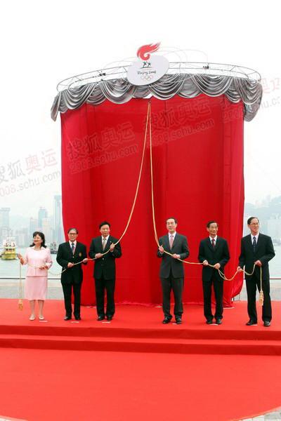 众嘉宾为火炬雕塑揭幕