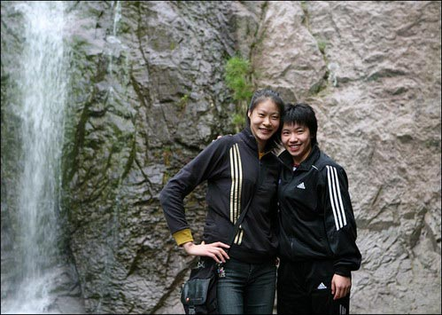 图文:中国女排畅游北仑九峰山 赵蕊蕊张娴合影