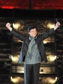 图文:奥运歌曲评选颁奖晚会 成龙在晚会上表演