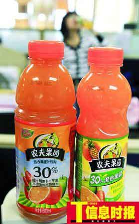 """农夫果园30%混合果蔬汁""""瘦身""""后价格并没有下降,零售价依然维持3.7元,图为""""果蔬汁""""瘦身前后对比。时报记者 萧嘉宁 摄"""