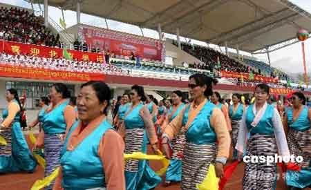 四月三十日上午,西藏拉萨举行迎奥运倒计时一百天群众体育庆典活动,各族各界民众一千多人聚会西藏大学,以民族歌舞等方式祝福北京奥运会圆满成功。中新社发柳俊武 摄