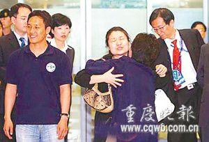 李素妍与母亲拥抱时,露出了疼痛的表情。