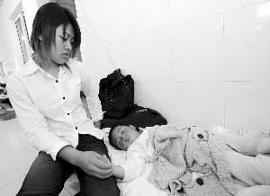4月30日在阜阳市第二人民医院临时病区的患儿和家长 新华社图片