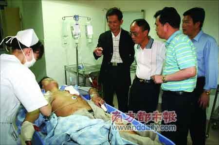 在医院接受治疗的特警廖文。经过抢救后,廖文现已脱离生命危险。本报记者门君诚摄