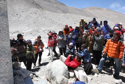 媒体访问第一站珠峰高程测量碑