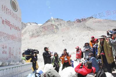 40位记者访问第一站珠峰高程测量碑