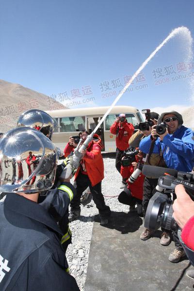 为前来探访的媒体进行消防表演