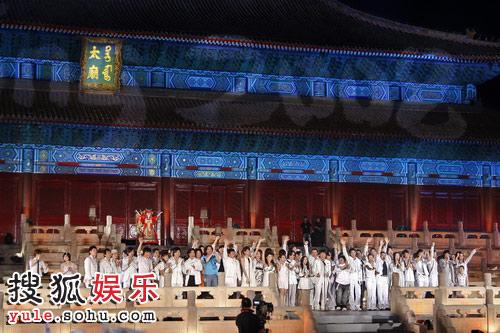 百名明星合唱《北京欢迎你》