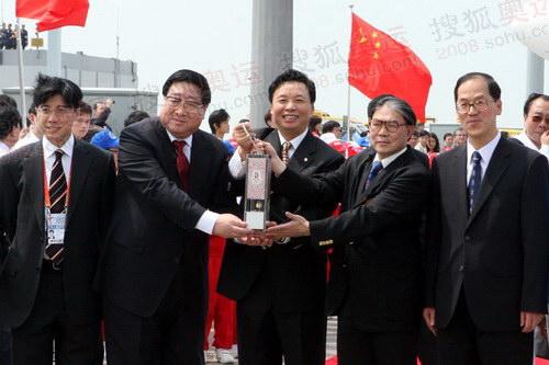 圣火抵达香港,北京奥组委执行副主席杨树安展示圣火