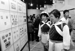 奥运邮票展吸引了很多观众观看 记者杨海冬/摄