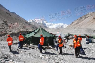 五一劳动节,珠峰大本营集体捡垃圾