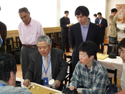 首轮比赛,王铭琬与芮乃伟等看棋
