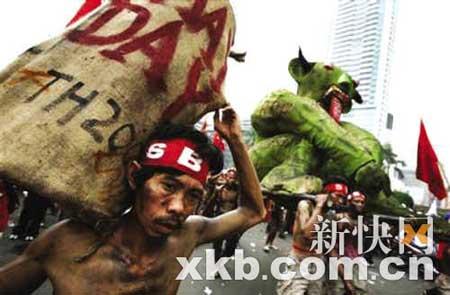 ■雅加达的示威者扮演成饥民。