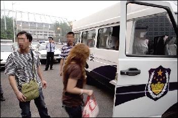 倒票嫌疑人被带上了警车。本报通讯员 李宝华 摄
