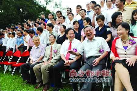中山大学77级中文系校友、广东省政协副主席蔡东士(前排右二)出席了活动。