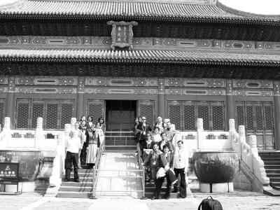 外籍志愿者在故宫里合影。