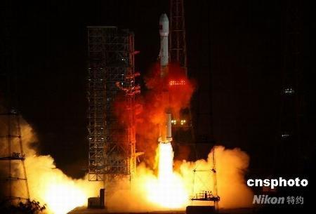 """资料图:北京时间4月25日23时35分,中国首颗数据中继卫星""""天链一号○一星""""在西昌卫星发射中心由""""长征三号丙""""运载火箭成功发射升空。这是中国2008年首次航天发射,也是""""长征三号丙""""运载火箭首次航天发射,还是中国""""长征""""系列运载火箭第一百零五次飞行。 中新社发 徐贞宇 摄"""