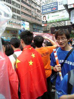 华人身披国旗来到现场