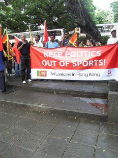 香港市民现场迎圣火