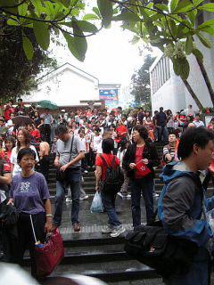 香港市民热盼圣火现场已是人山人海