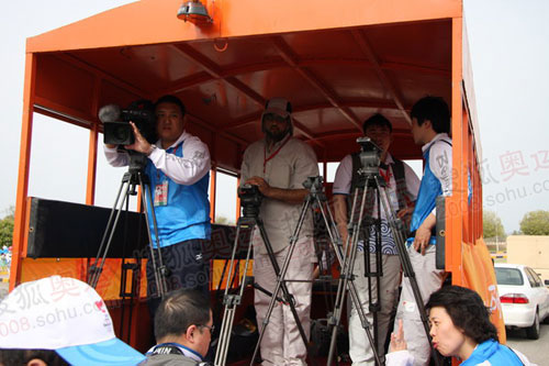 媒体车上,官方信号团队和协议中的当地媒体架好了机器