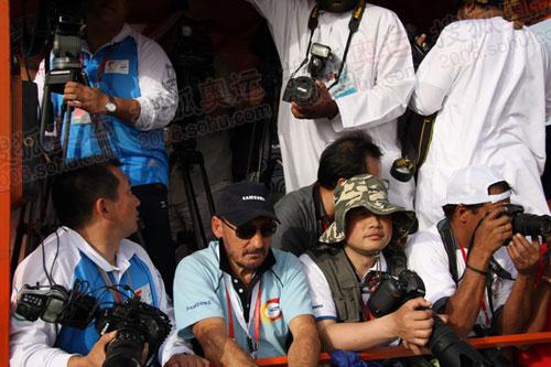 我和RICK的身后站着穿白衫的当地媒体,他们把摄像镜头彻底挡住(何潇益摄)