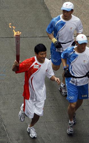 国际巨星刘德华在香港传递北京奥运圣火