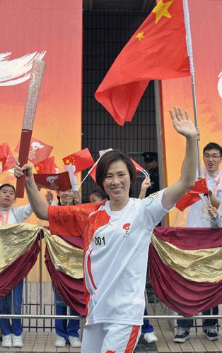 香港骄傲帆板奥运冠军李丽珊传递圣火