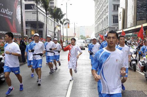 火炬手、香港艺人刘德华在进行传递