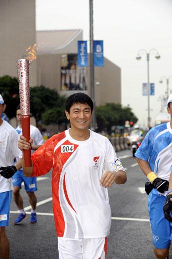 火炬手、香港艺人刘德华在进行传递。新华社记者戚恒摄