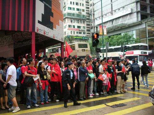 组图:奥运圣火在香港传递 市民热情高涨激昂