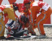 图文:MotoGP上海站首次练习 洛伦佐被抬上担架