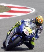 图文:MotoGP上海站首次练习 罗西在比赛中